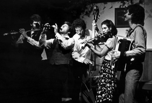 First eggshell-chirpings of the klezmer revival. THE KLEZMORIM at Freight & Salvage, Berkeley, 1976. L to R: Lev Liberman, David Julian Gray, Greg Carageorge, Laurie Chastain, David Skuse. [Photo: Dennis Galloway]