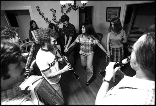 THE KLEZMORIM play for folkdancer Naomi Segal at a house party in Oakland, California, 1977. Players L to R: David Skuse, Lev Liberman, Nada Lewis, David Julian Gray, Lew Hanson. [Photo: Dennis Galloway]
